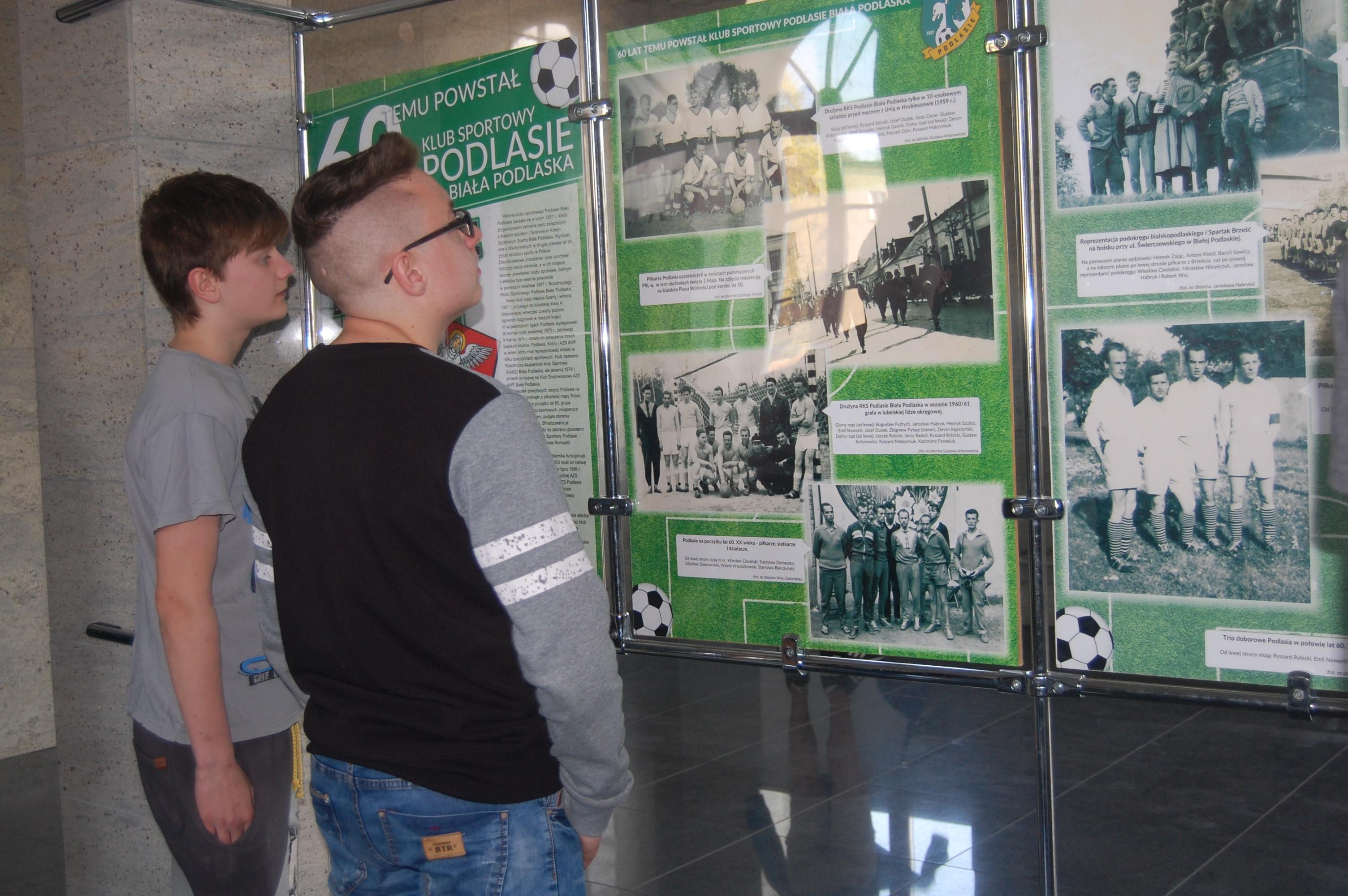 f7025b8138 Uczestnicy z zaciekawieniem oglądali zdjęcia śledząc historię klubu  sportowego Podlasie Biała Podlaska.